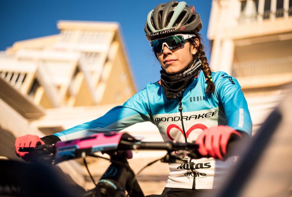 Imágen de la ciclista María Rodríguez Navarrete compitiendo en la prueba Mediterranean Epic patrocinada por Formulaciones